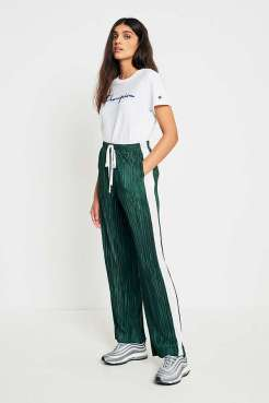 https://www.urbanoutfitters.com/fr-fr/shop/light-before-dark-green-and-ivory-puddle-plisse-trousers?category=new-in-womens-clothing&color=030