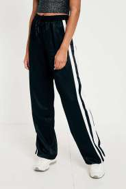 https://www.urbanoutfitters.com/fr-fr/shop/light-before-dark-black-striped-track-trousers?category=new-in-womens-clothing&color=001