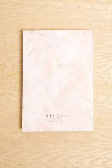 https://www.urbanoutfitters.com/fr-fr/shop/central-23-rose-quartz-journal?category=homeware-sale&color=065&optin_cookies=true