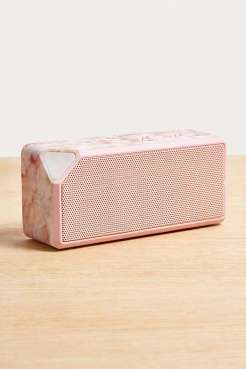 https://www.urbanoutfitters.com/fr-fr/shop/uo-rose-quartz-portable-speaker?category=homeware-sale&color=000