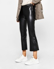 https://www.bershka.com/be/femme/*vendredi-noir/tout-voir-*vendredi-noir/pantalon-similicuir-kick-flare-c1010240163p101138073.html?colorId=800