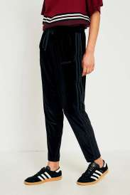 https://www.urbanoutfitters.com/fr-fr/shop/adidas-originals-black-velvet-track-trousers?category=new-in-womens-clothing&color=001