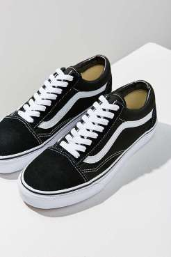 https://www.urbanoutfitters.com/fr-fr/shop/vans-old-skool-black-suede-trainers-001?category=new-in-womens-clothing&color=001