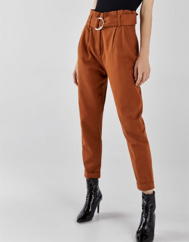 https://www.bershka.com/be/femme/black-friday/-30%25-black-friday/pantalon-carotte-paperbag-c1010263535p101609216.html?colorId=701