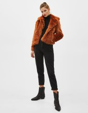 https://www.bershka.com/be/femme/black-friday/-30%25-black-friday/manteau-court-%C3%A0-revers-fausse-fourrure-c1010263535p101533028.html?colorId=701
