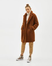 https://www.bershka.com/be/femme/black-friday/-30%25-black-friday/manteau-crois%C3%A9-en-mouton-synth%C3%A9tique-c1010263535p101517526.html?colorId=732