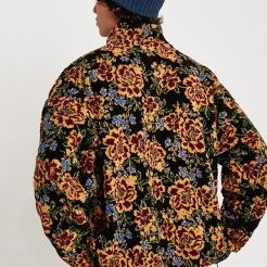 https://www.urbanoutfitters.com/fr-fr/shop/uo-floral-mock-neck-teddy-jacket?category=gifts-cosy&color=000