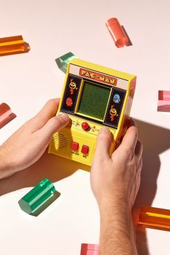 https://www.urbanoutfitters.com/fr-fr/shop/handheld-pac-man-arcade-game?category=stocking-fillers&color=000