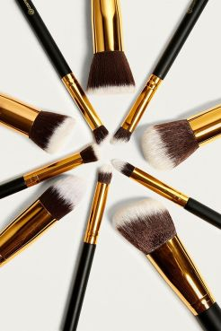https://www.urbanoutfitters.com/fr-fr/shop/bh-cosmetics-sculpt-and-blend-10-piece-brush-set?category=stocking-fillers&color=000