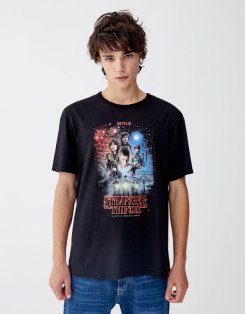 https://www.pullandbear.com/be/homme/v%C3%AAtements/t-shirts/t-shirt-netflix-stranger-things-avec-motif-personnages-c29070p501166001.html