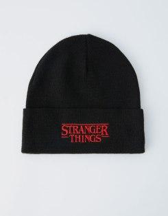 https://www.pullandbear.com/be/femme/accessoires/bonnets-et-chapeaux/bonnet-netflix-stranger-things-maille-c1010024501p501180508.html