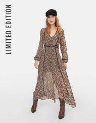 https://www.stradivarius.com/be/nouvelle-collection/v%C3%AAtements/voir-par-produit/robes/afficher-tout/robe-imprim%C3%A9e-d%C3%A9tail-crochet-limited-edition-c1020132510p301032189.html?colorId=001